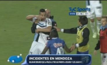 Escándalo en Mendoza: la policía reprimió con gas pimienta a los jugadores y al DT de Belgrano