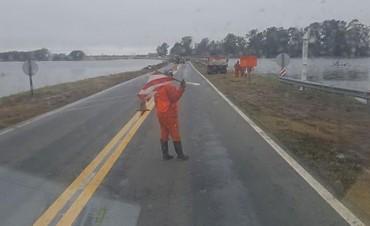 Hay agua sobre la Ruta 5 en Uriburu y La Gloria