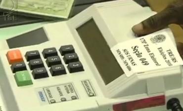 Los ciudadanos eligen a quién votan a medida que van apareciendo en la pantalla las fotos de los candidatos