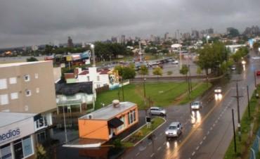 Fuerte viento con lluvia en Santa Rosa