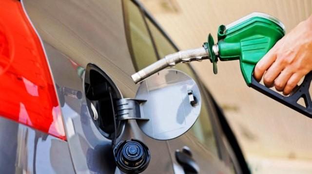 YPF anunció que baja el precio del combustible