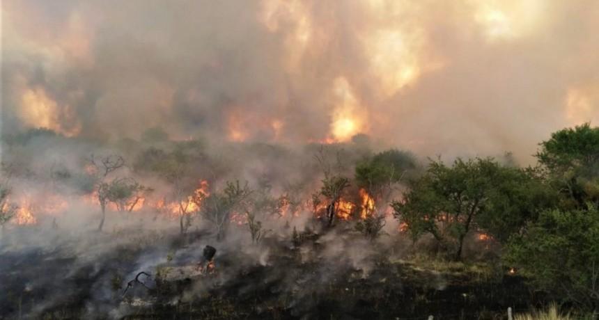 Cuadrillas de Defensa Civil y bomberos voluntarios están combatiendo dos incendios rurales en la provincia
