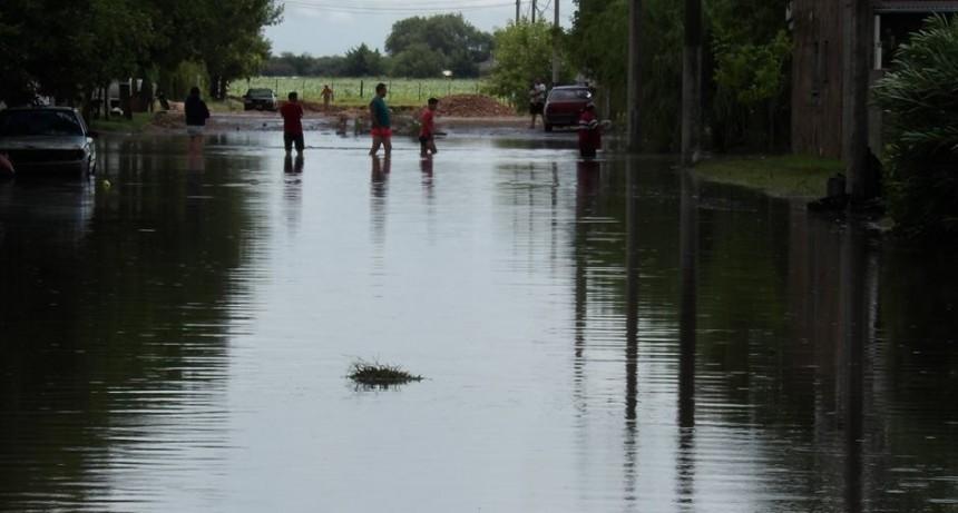 Cayeron 70 mm en media hora y se inundaron calles de Winifreda