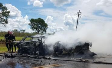 Un trágico choque frontal ocurrido este domingo a la tarde entre dos vehículos en la provincia de Misiones