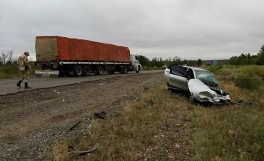 Un camión y un auto chocaron en la ruta 151