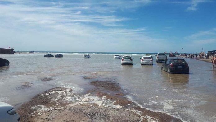 La marea atrapó decenas de autos en Río Negro