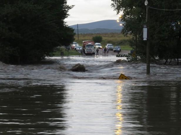 El agua cortó el puente entre Sierra de la Ventana y Saldungaray