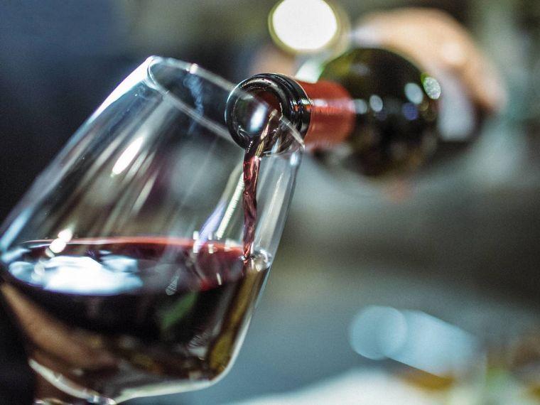 Componente del vino podría frenar el avance del Covid-19