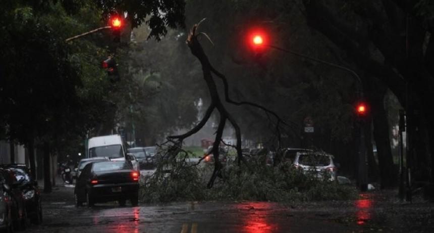 Dos muertos, 400 evacuados y destrozos
