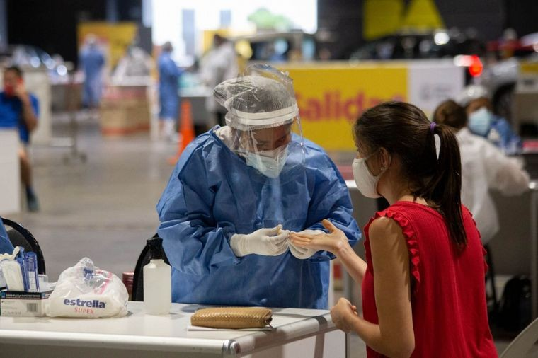 Cifra récord de casos en la pandemia en Argentina: 20.870