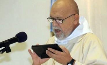 Un cura da la misa con una tablet en una parroquia de San Juan