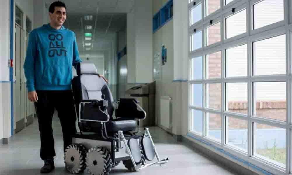 Egresado de la UNS ganó un premio por crear una silla de ruedas omnidireccional