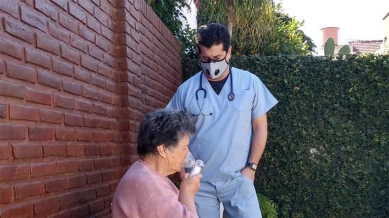 El médico que se curó del COVID-19 y logró recuperar a sus padres con su tratamiento pide que sea aprobado con urgencia
