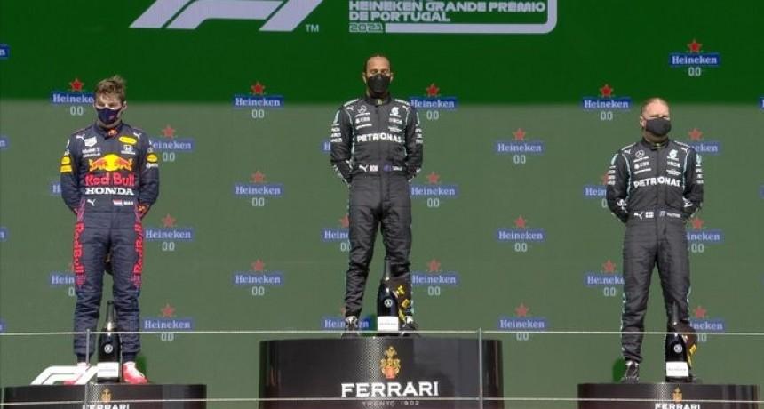Hamilton gana en Portimao tras superar a Verstappen y Bottas