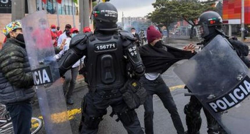 Militares salen a reprimir para frenar protestas en Colombia