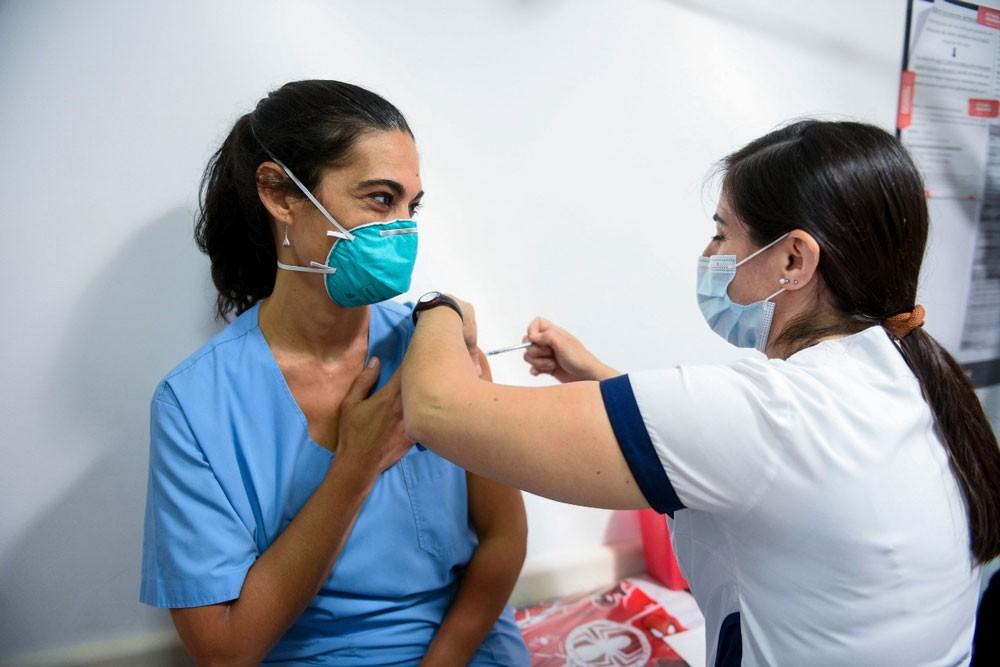Vacunan a mayores de 35 y hay preocupación por la variante Delta