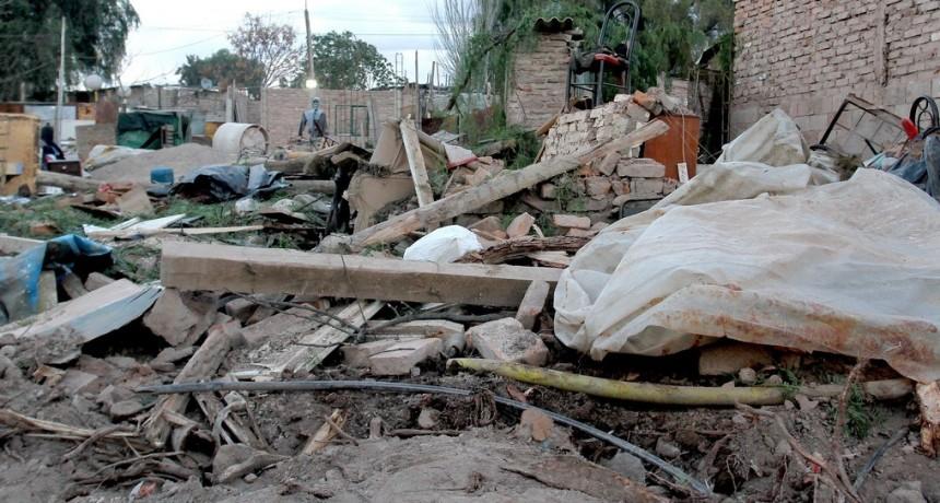 El viento Zonda dejó estragos en Las Heras y Guaymallén, principalmente, en tanto el fuego provocó destrozos en la zona de Potrerillos, con 70 viviendas afectadas.