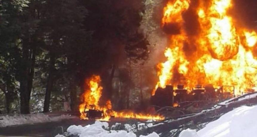 Una turista chilena murió en un triple choque en la Ruta 40 entre un camión cisterna de YPF, un auto y una camioneta
