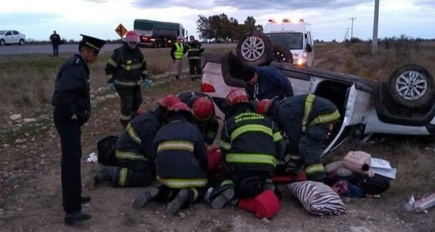 Murió una niña al volcar un auto cerca de La Adela