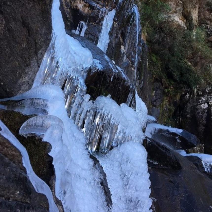 Por las bajas temperaturas, se congeló una cascada cordobesa
