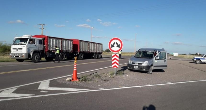 V. Iris: La Policia de franco y Municipales entregaron tortas y jugo a los camioneros