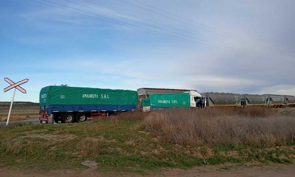 Ruta 35: un camión de carga chocó contra un tren