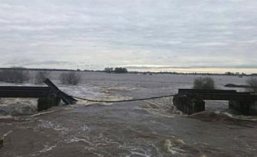 Santa Fe: la crecida del agua arrasó un puente ferroviario