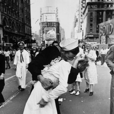A 70 años del beso que cerró la Segunda Guerra Mundial