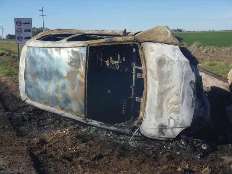 Ruta 35: auto chocó contra talud, volcó y se incendió