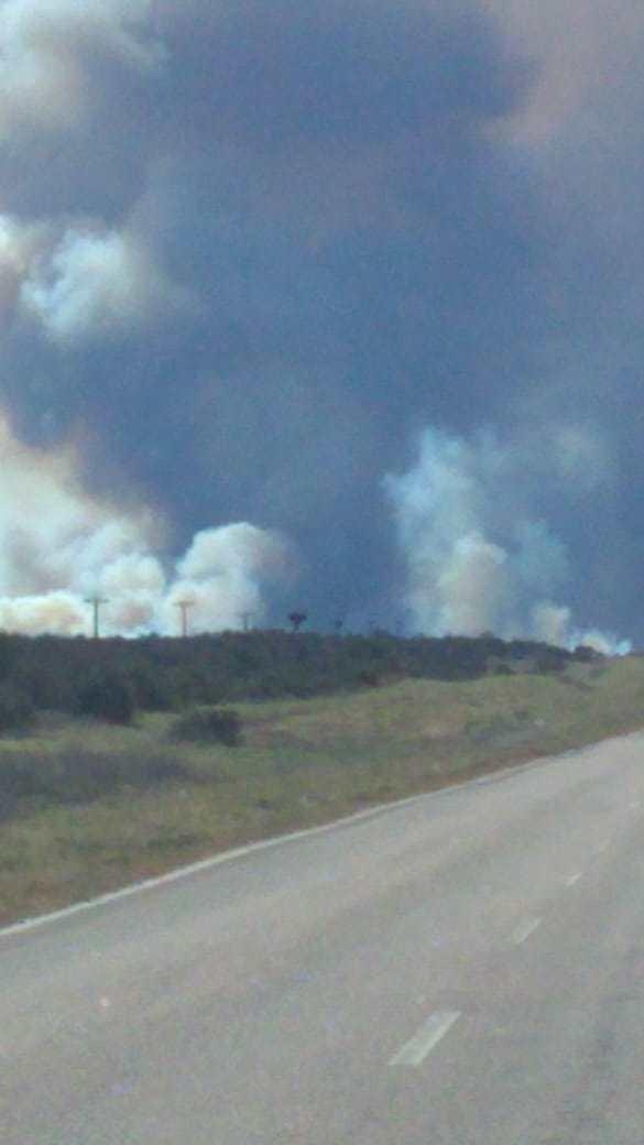 Un incendio rural, fuera de control, dejó a un pueblo sin luz y obligó al corte de una ruta
