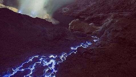 El extraordinario volcán que expulsa lava azul