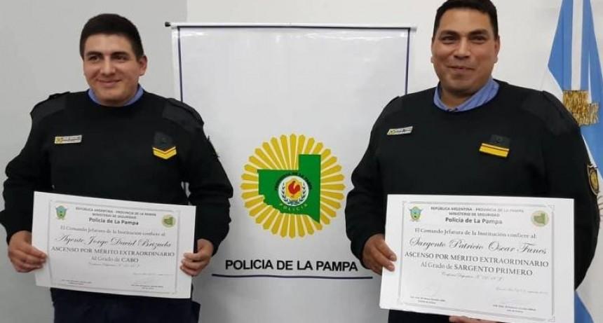 Reconocieron a dos policías por salvarle la vida a un hombre