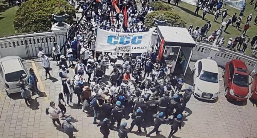 El intendente de La Plata denunció que un grupo de manifestantes intentó tomar el Palacio Municipal