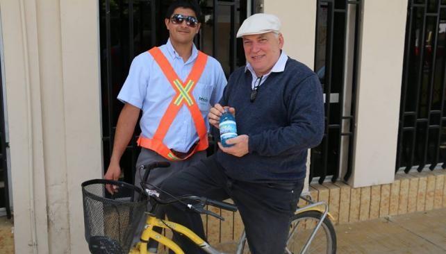 Intendente de Justiniano Posse va a trabajar en bicicleta y premia a sus empleados