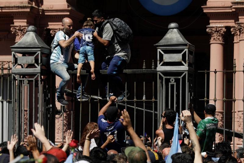 Durante los incidentes dentro de la Casa Rosada, tiraron el busto de Yrigoyen al piso y sufrió algunos daños