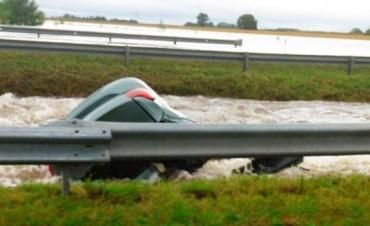 Dos muertos por la caída de un auto a un arroyo en Ramallo y al menos 400 evacuados