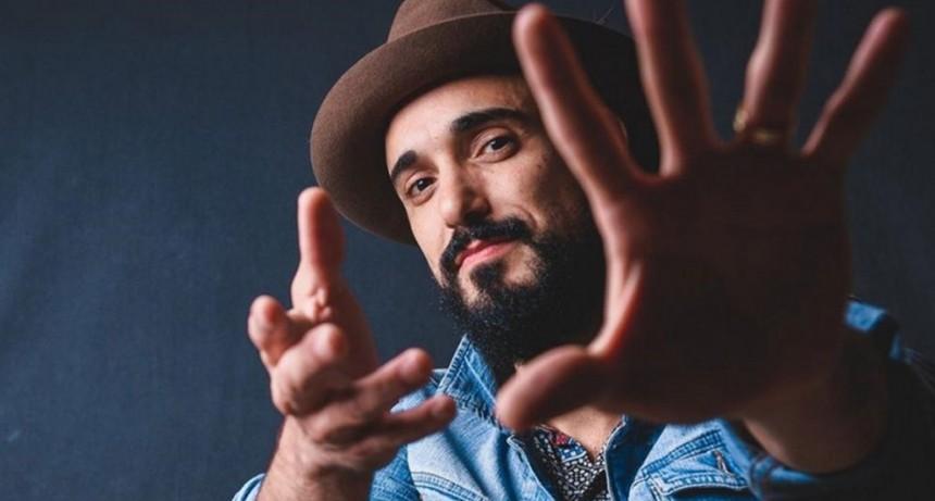 Abel Pintos cierra el año con un show solidario rodeado de artistas
