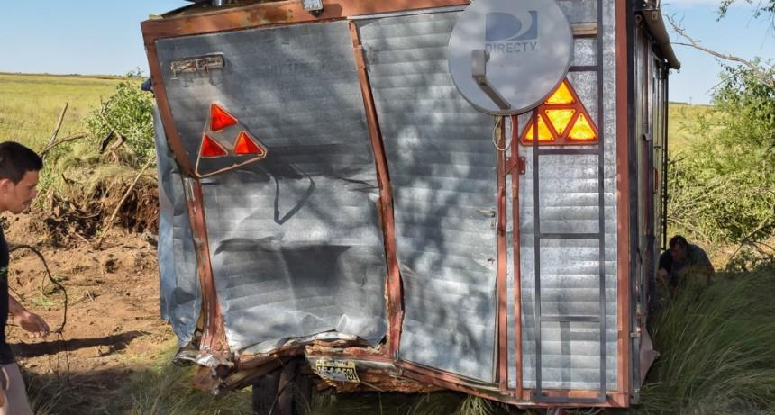 Un camión chocó contra una casilla rural: dos heridos sin gravedad
